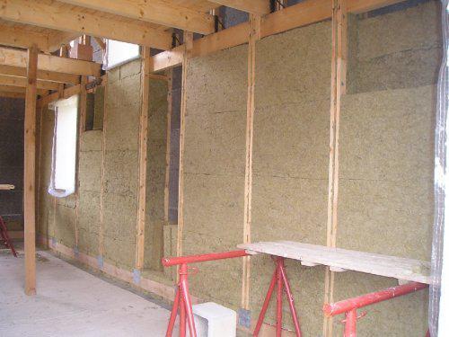 Energeticky pasívna drevostavba svojpomocou - Takto to zatiaľ vyzerá vnútri. Steny vypĺňame minerálnou vlnou. Viac na stránke http://pasivnydom.blog.cz .