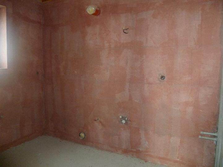 Energeticky pasívna drevostavba svojpomocou - Penetračný náter pred jemnou omietkou. Kúpeľňa v prízemí.