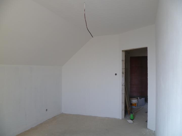 Energeticky pasívna drevostavba svojpomocou - Manžel maľuje, všade bude nabielo. Tu je rozrobená malá južná izba.