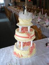 pro lucinecku: tak tady vidis dort i vyzdobu kterou delala Kozi Horka sama. ja chtela doruzova :-)