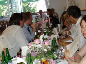 Lucinecka: no tady je akorat detail kytky co byli na stolech, sladeny s mou svatebni kytici. Na tom stole do hodinky byl stejne takovej brajgl... ze bylo po vyzdobe :-) mela jsem neporadny svatebcany :-)