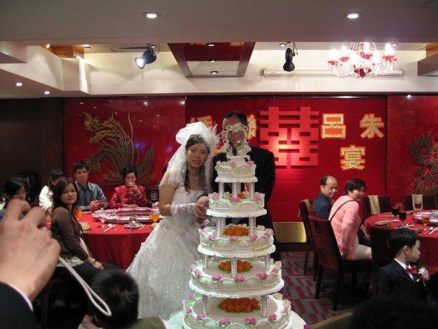 HONG KONG SVATBA (ocima ladidy..;-) - nevesta prave prisla do salu, za potlesku, a rovnou ke krasnemu dortu...(ktery vsak jak jsem psala je jen dekorace...)