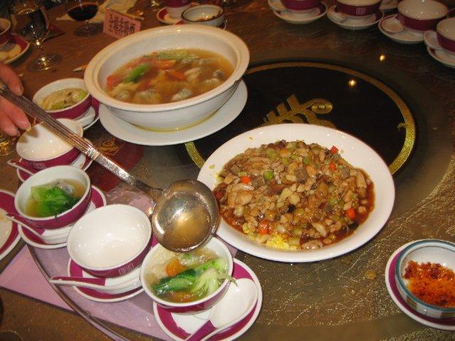HONG KONG SVATBA (ocima ladidy..;-) - Chod c.8 - Knedlickova polevka a ryze se zeleninou (ryze se tu vestinou podava az nakonec, kdyz se host nenaji dost predchozich chodu tak aby se moh dorazit ryzi... to je bezne ve vsech cinskych restauracich...)
