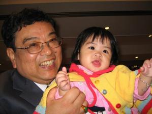 zde je tatinek nevesty s vnuckou