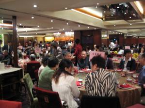 tak takto vypadal svatebni sal. Vyzdoba tradicni, do cervena, tricet velkych kulatych stolu, u kazdeho stolu deset lidi.