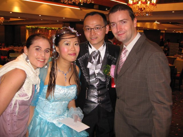 HONG KONG SVATBA (ocima ladidy..;-) - No a toto je posledni fotka kdy jsme odchazeli, jako jedni z poslednich (ja dopijela a dojidala zakusky :-) a u vychodu jsme se ja s manzelem vyfotili s novomanzeli Lorraine a Jackem.
