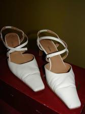 botičky vypůjčené od budoucí švagrové, měla je na svoji svatbě a jsou už prošlápnuté :))))