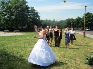 Iva se prý chce vdávat, ale nějak se té květině bránila