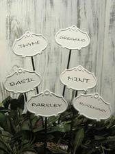 ..tabuľky do kvetináčov s bylinkami na kuchynské okno..