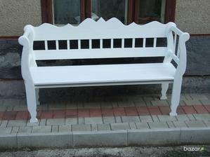 ..a pod ním táto lavička na ktorú ušijem pekné epedo a vankúšiky, aby sa nám obúvalo pohodlne.. :)