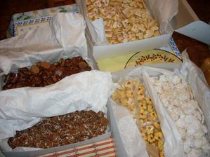 První napečené cukroví - přijde do košíků s koláčky...