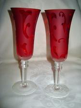 skleničky na přípitek novomanželů, ještě tam budou na mašličce přivázané prstýnky...