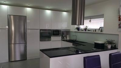 biela kuchyna v kombinaci s nerez.....