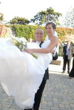 Ženích prenáša nevestičku, aj to bola zábava