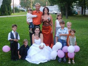 Moja birmovná krstná mama s mužom. Nie všetké deti sú ich:)