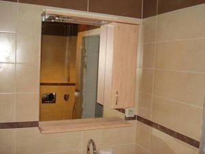 elegantné zrkadlo so skrinkou, hore je bodové svetlo