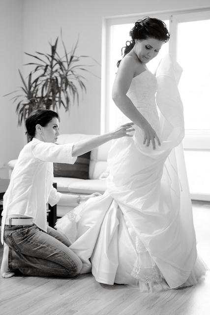 Linda{{_AND_}}Marián Zonygoví - moja drahá sestrička mi pomáha s obliekaním