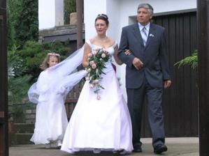 hrdý otec vede nevěstu