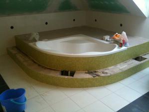 Hotová mozaika okolo vane... Ešte príde drevené obloženie schodu a za vaňou...