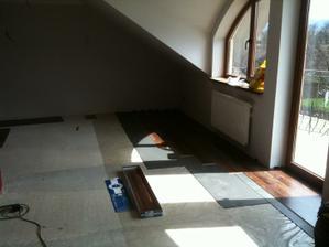 Kladenie pavajucej podlahy...
