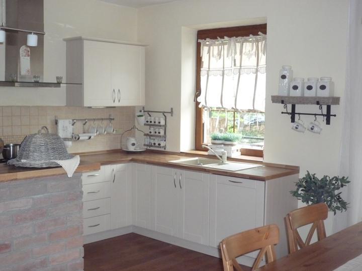 Inšpiracie do našho pidi domčeka x-) - Kombinacia bielych skriniek s drevenou pracovnou doskou .. mozem