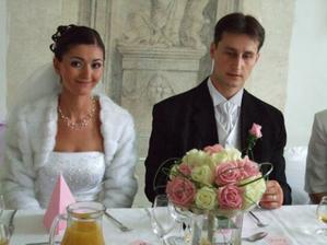 Nevěsta a ženich na hostině