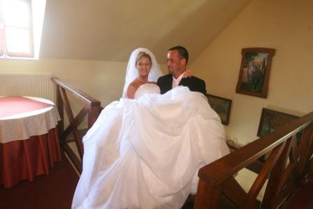 Ženich se s nevěstou zapotil do schodů