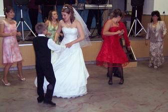 tanec s mojím bratom Jakubom, v pozadí moja mama a tri verné kamarátky