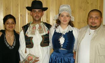 v krojoch, ja mám brezovský, Ferin osuský a skvelá rodina z Anglicka