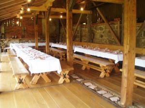Stoly pro hosty, nebudou ale prostřené
