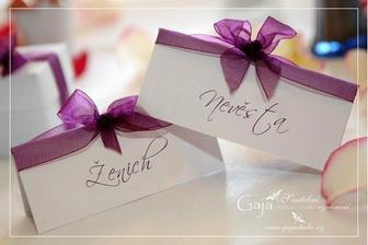 Jen fialové kartičky s bílým nápisem a bílou stužkou...:o)