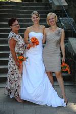 s mamkou a se sestrou svědkyní