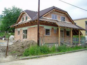 predná časť domu, dvere ešte nie sú hotové