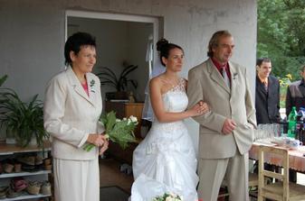tatínek vyvádí nevěstu
