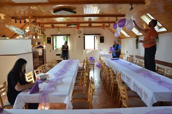 Příprava svatební tabule - pomahali všichni :-))))))