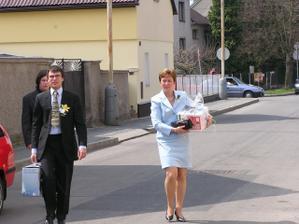 maminka a svědek vynášeli z aut svatební dary - a že jich bylo!!