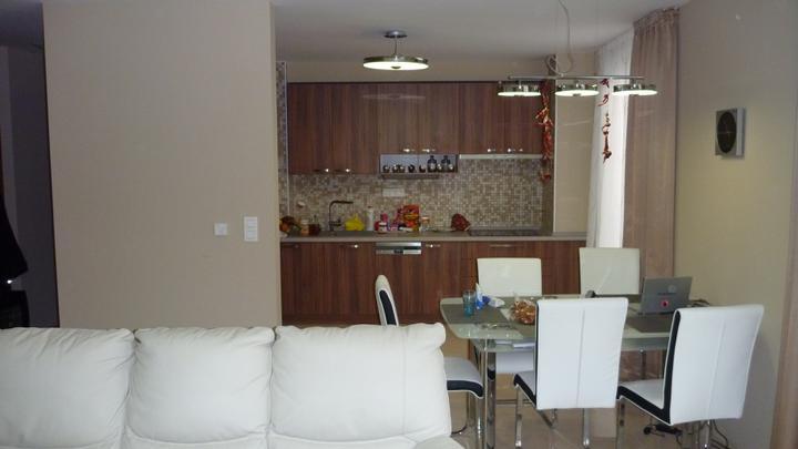 4 izbový byt v Dúbravke - Pohľad z obývacej izby do kuchyne