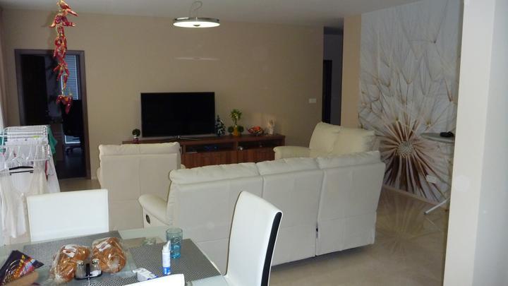 4 izbový byt v Dúbravke - Pohľad z kuchyne do obývacej izby