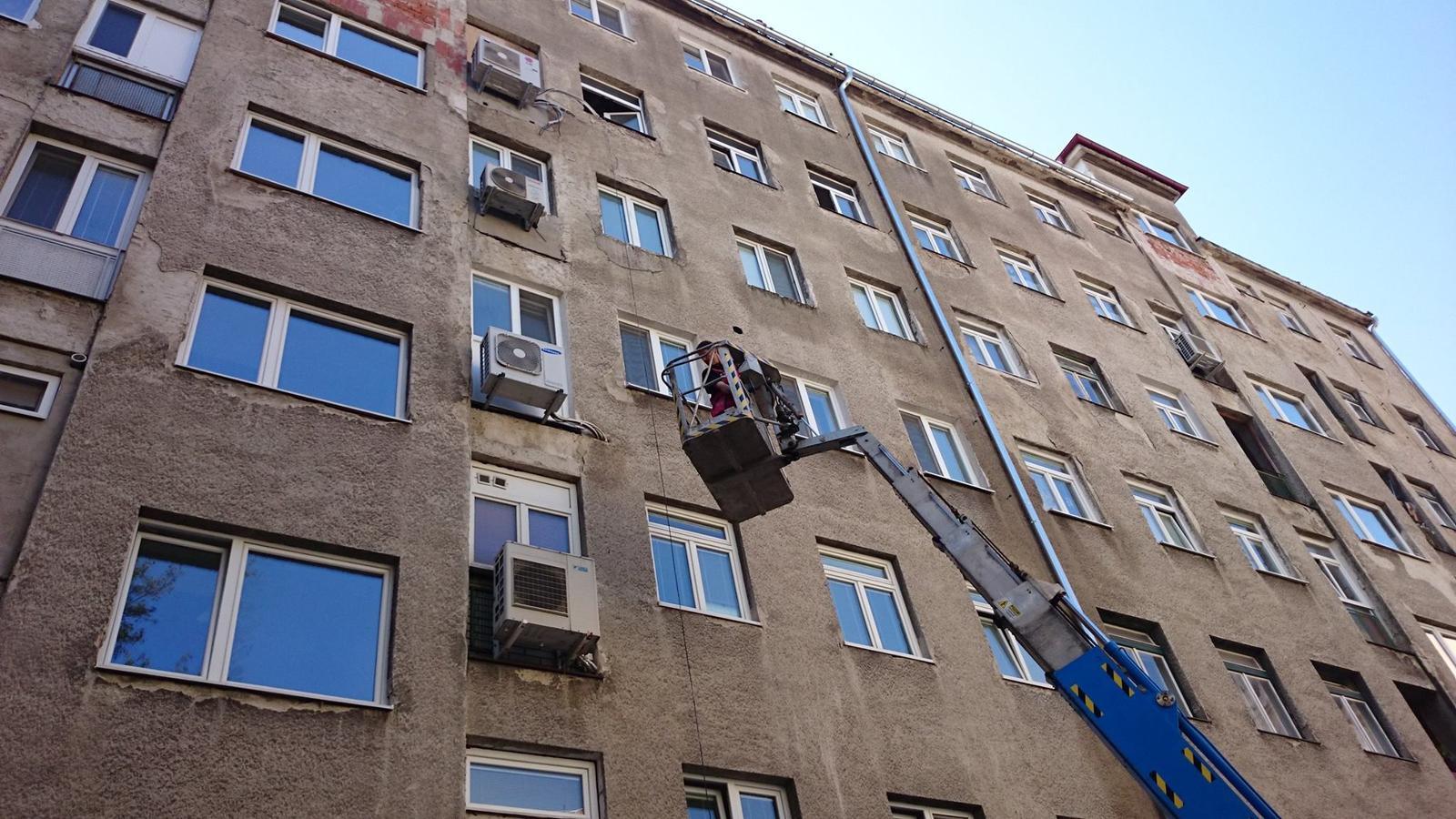 Rekonštrukcia Bytu G - BA Staré mesto - V starom meste je treba byť vždy pripravený aj na neštandartné riešenia...práce súvisiace s montážou odsávania v kúpeľni.