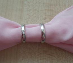 naše prstýnky (bílé zlato, můj s briliantíkem ve tvaru srdíčka)