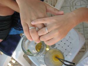 a tohle jsou naše prstýnky, přímo ze slunné Soluně