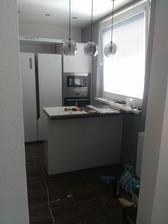 Aj v kuchyni sa to už pohlo :) linka ide až po strop