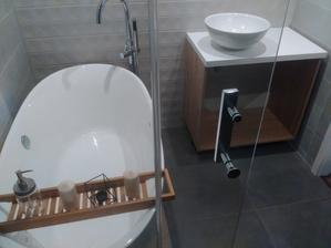 Edte chybaju polocky do skrinky nasadit umyvadlo a bateriu :) potom zrkadlo :)