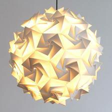 Lampa APERTURE od Claire Norcross do spálne.