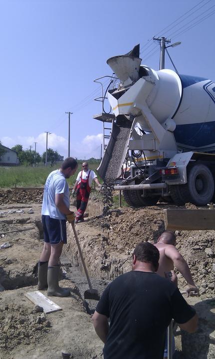 Domcek :) APS K01 - Jun 2011, zalievanie zakladov