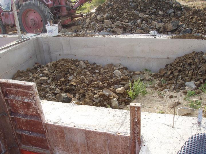Domcek :) APS K01 - August 2011 - Zasypavanie zakladov