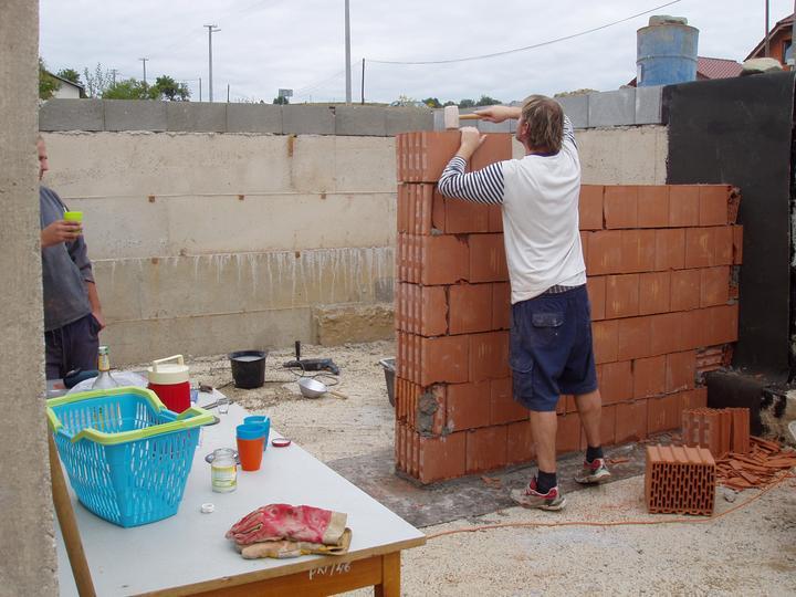 Domcek :) APS K01 - September 2011 - Murovanie priecky v pivnici