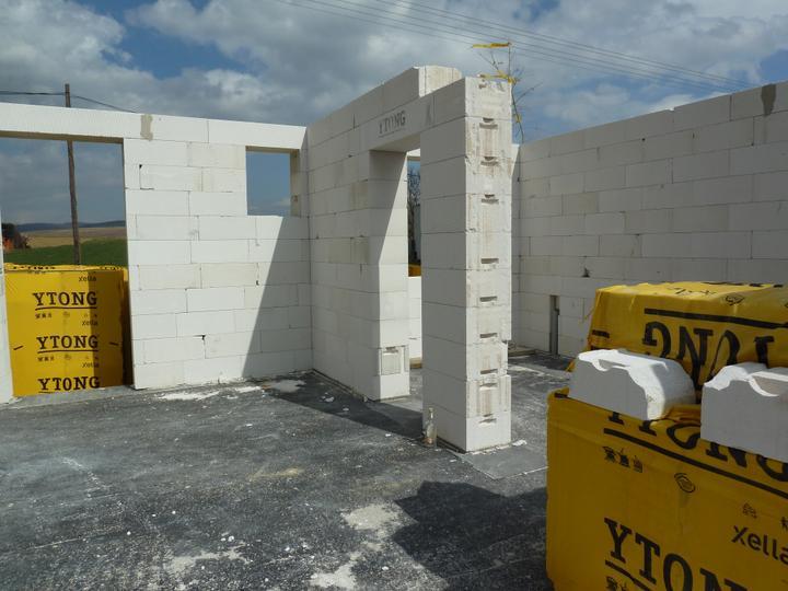Domcek :) APS K01 - April 2012 - prizemie nam murari vytiahli za 2 dni :)