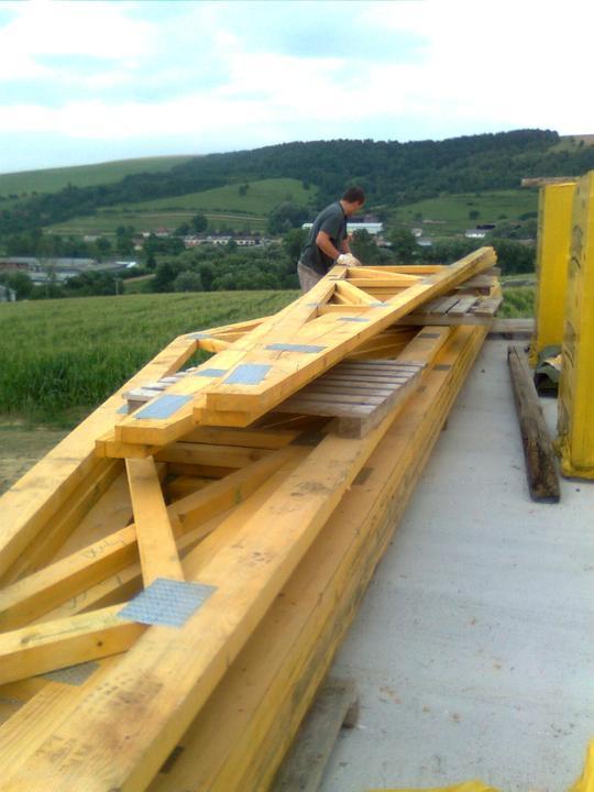 Domcek :) APS K01 - Jul 2012 - Priviezli nam vazniky na strechu - ulozene su na terase