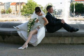 Musím ukázat co mám pod sukýnkou, manžel se nedívá... :-)